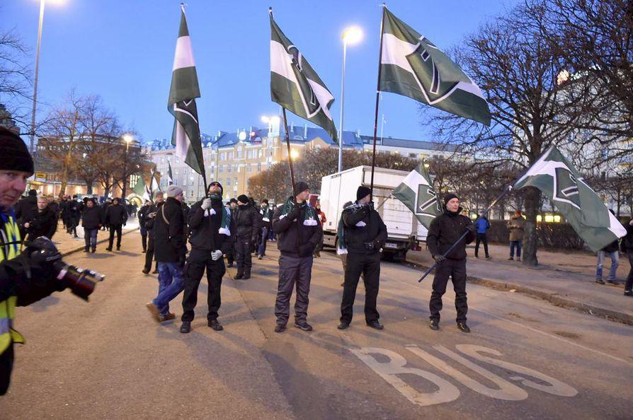 Pohjoismaisen vastarintaliikkeen edustajat marssivat itsenäisyyspäivänä Helsingissä. Arkistokuva.
