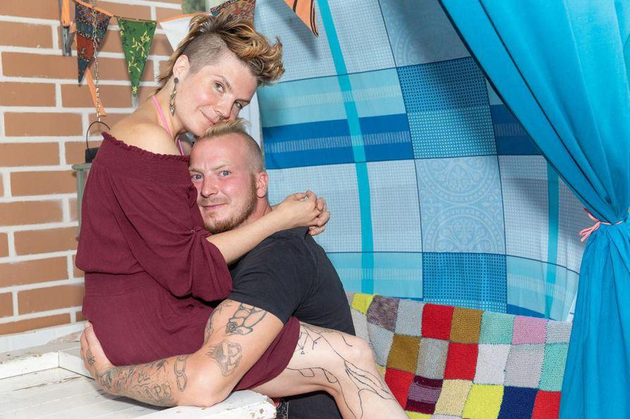 Häämatkallaan Uma ja Reijo Nissi  liftasivat ympäri Suomea ja nukkuivat teltassa tai Instagramissa tavattujen tuikituntemattomien luona.