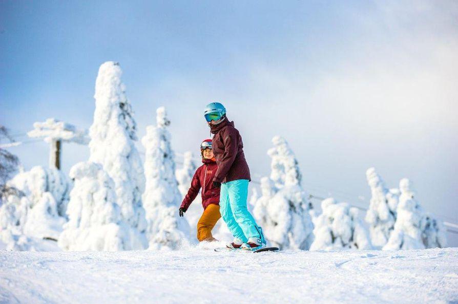 Etelä-Suomessa koulujen hiihtolomaviikko on alkanut. Moni perhe suuntaa matkansa kohti pohjoisen laskettelukeskuksia. Etelässä laskettelukeskusten asiakkaat ovat pääasiassa päivävieraita, jotka laskettelevat päivän ja palaavat takaisin kotiinsa.