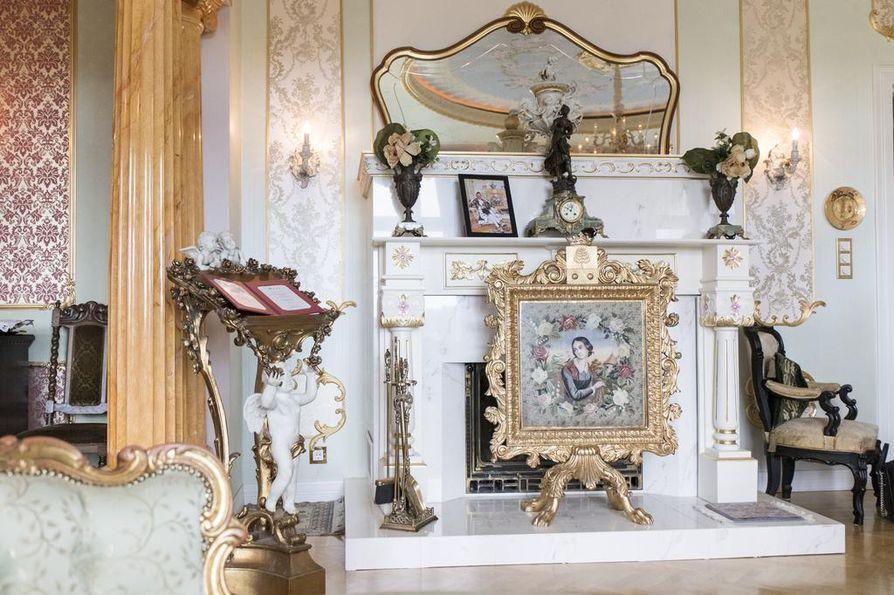 Takkaa koristaa kuninkaallisen omistuksessa ollut takkasermi. Takan talon isäntä on suunnitellut itse.