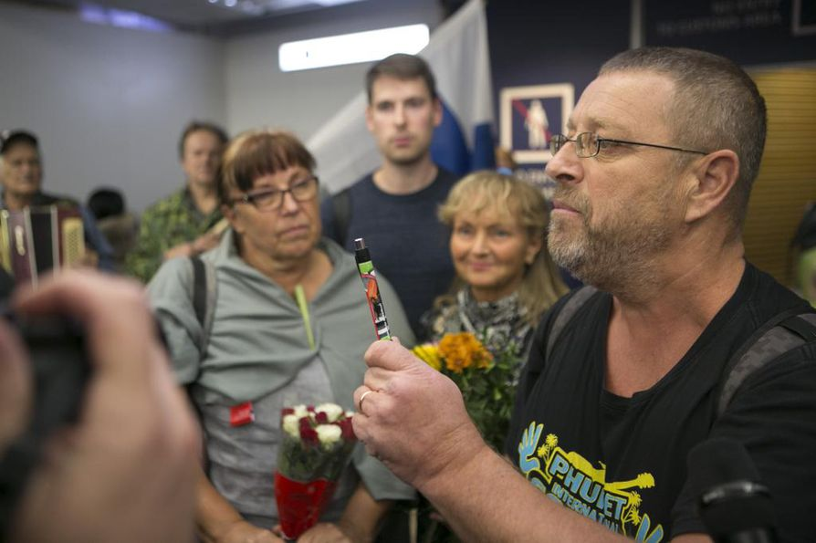 Maailman vaarallisin kynä, Timo Valtonen esittelee. Kuvassa vasemmalla Aija Avnery, takana muut matkalla olleet.