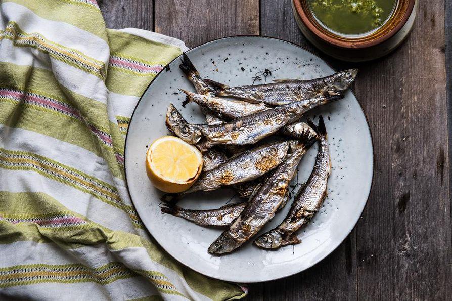 Muikut paahdetaan uunin grillivastuksen alla rapeiksi. Uunin ylätasolla paistuvat kalat ovat valmiita, kun niiden nahka kuplii ja ruskistuu.