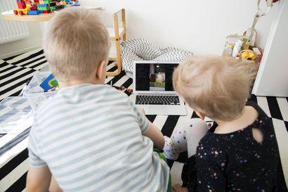 Anna ja Emil kuuntelevat joka aamu isovanhempien lähettämän videosadun – Kysyimme, miksi lapsille kannattaa lukea etenkin poikkeusaikoina