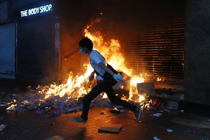 Naamiointikielto johti kaaoksen yöhön Honkongissa: poliisi ampui kovilla, tulipaloja sytytettiin, metroliikenne pysähdyksissä