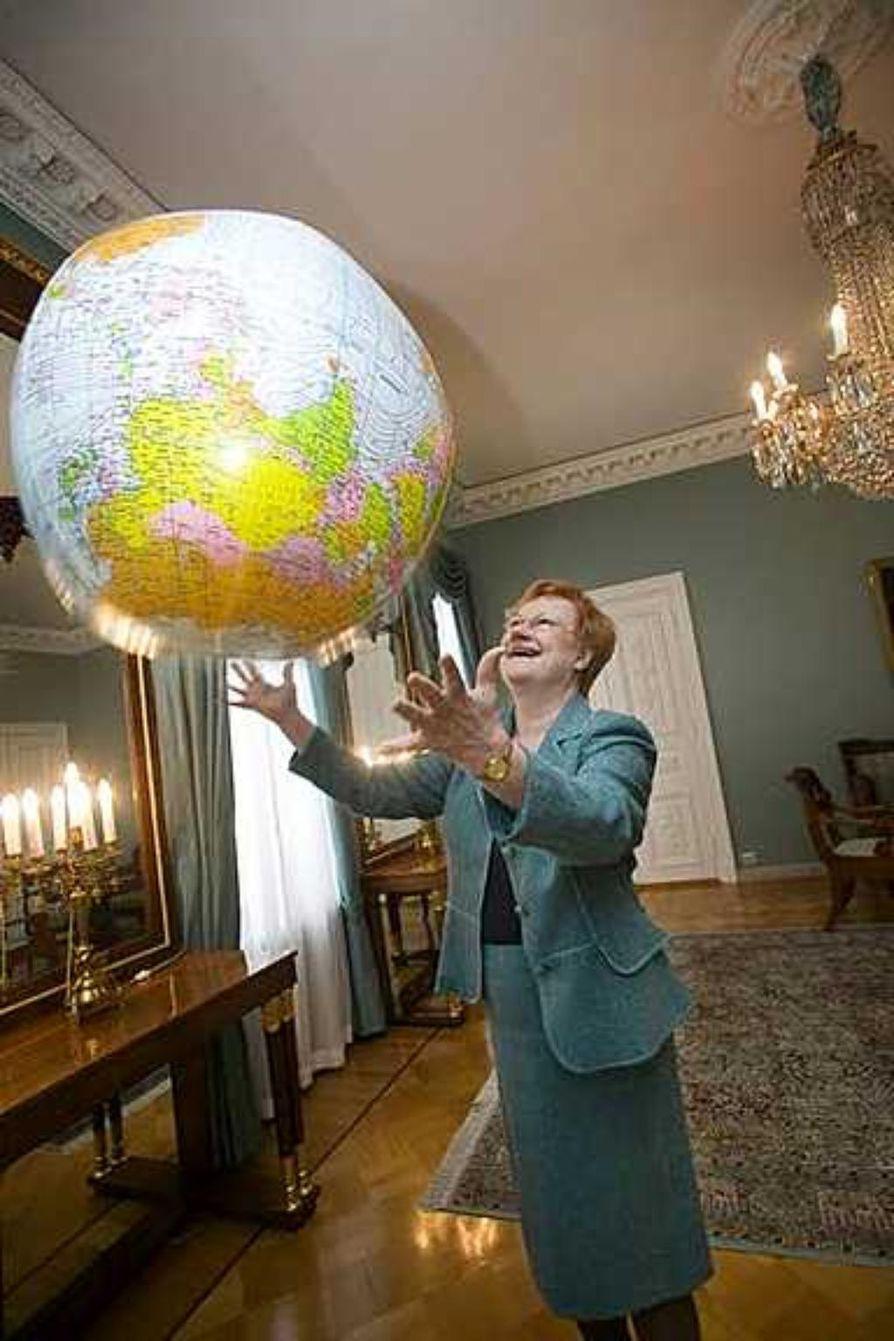 Medialta on tullut arvostelua, mutta kansansuosio on vakaa. Presidentti Tarja Halosella on edelleen syytä hymyyn.