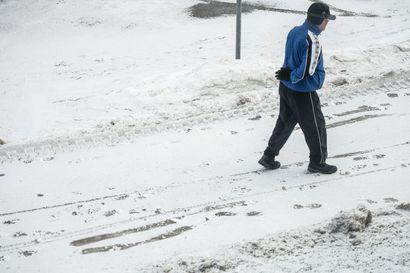 Kitkantiet jalkakäytävät vaarallisen liukkaat - päivän mittaan keli muuttuu sohjoiseksi