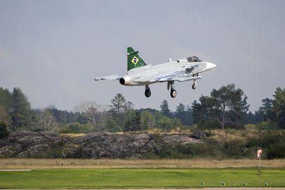 Analyysi: Vain Boeing ja Saab uskalsivat kertoa tarjoamiensa hävittäjien määrän – muiden kohdalla epäilyttää, onko koneluku alakanttiin