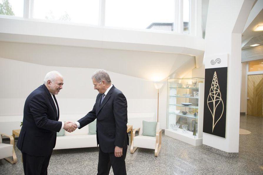 Presidentti Sauli Niinistö (oik.) ja Iranin ulkoministeri Mohammed Javad Zarif tapasivat Helsingissä tänään.