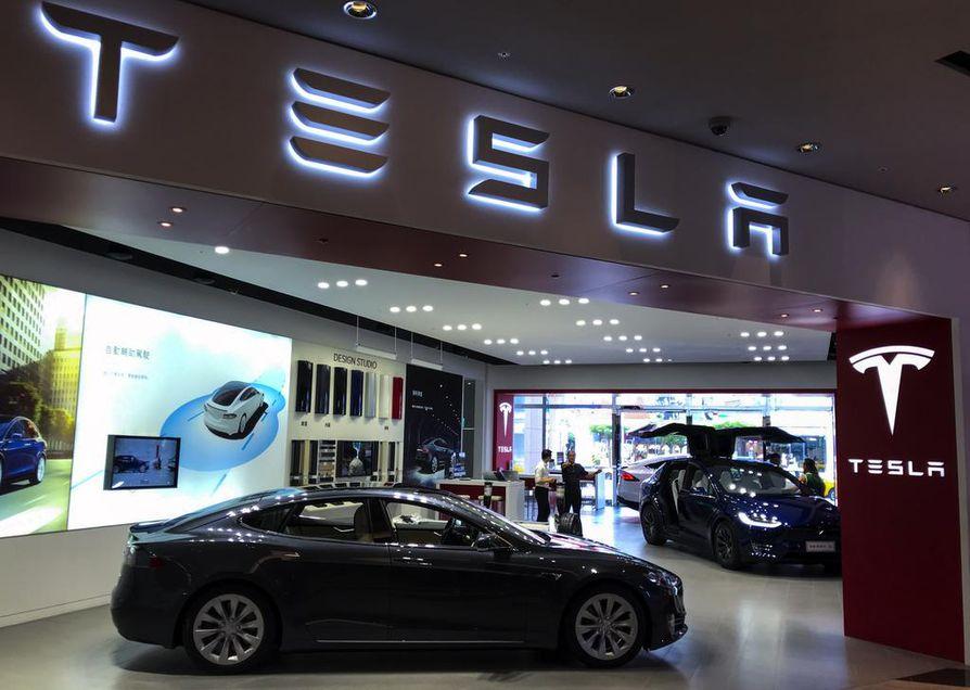 Teslan osakekurssi nousi Elon Muskin tviitin ansiosta yhdessä päivässä yli 10 prosenttia. Sittemmin kurssi on laskenut.