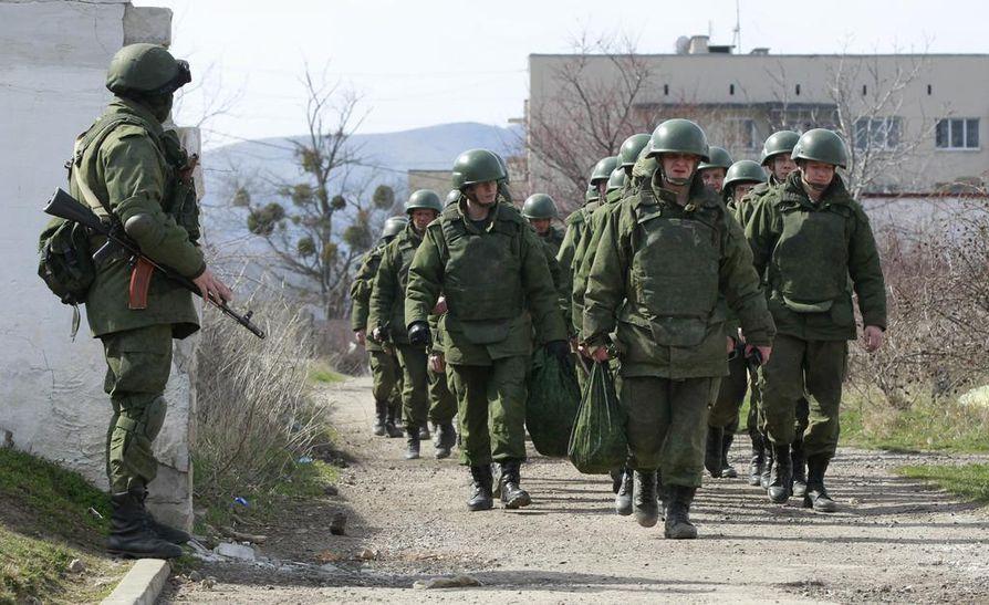Aseistautuneita miehiä Perevalnoyen kylässä Simferopolin ulkopuolella.
