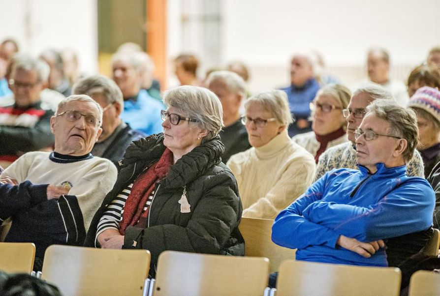 Hailuodon keskustelutilaisuuteen saapui noin 80 henkilöä.