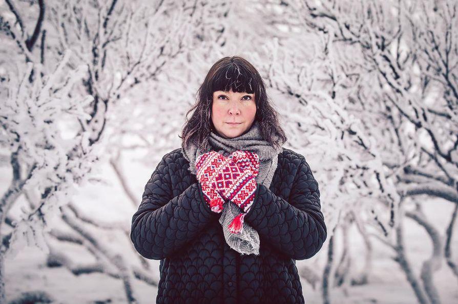 Saamelainen laulaja, lauluntekijä ja klarinetisti Anna Näkkäläjärvi-Länsman, taiteilijanimeltään Ánnámáret, esiintyy laulusolistina Lapin sotilassoittokunnan videolla.