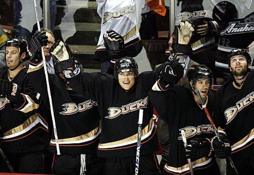Anaheim Ducksin kapteeni Teemu Selänne tuulettaa voiton kunniaksi. Arkistokuva.