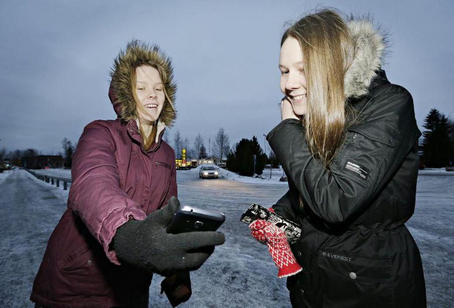 """Annabella Kangastie (vas.) ja Silja Kiviahde kertovat, että WhatsApp on kaverusten keskuudessa syrjäyttänyt myös Facebookin chatin. Myös puhelut ovat vähentyneet. """"Monesti tulee sovittua tapaamisista soittamisen sijaan WhatsAppissa"""", Kangastie kertoo."""