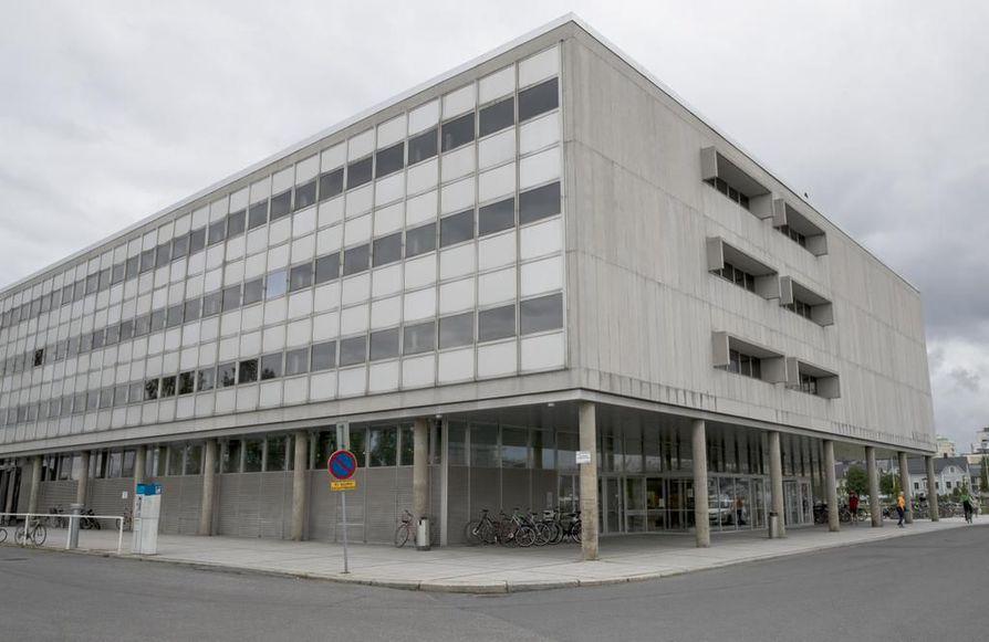 Paratiisi-sarjaa kuvataan monipuolisesti Oulussa, muun muassa pääkirjaston liepeillä ja torilla.