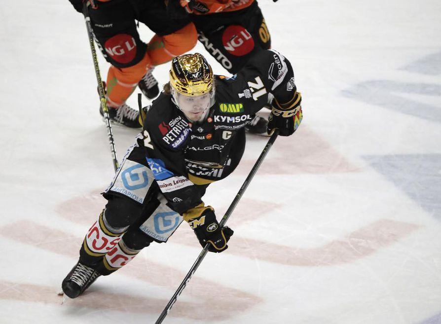 Kärppien kultakypärä Ville Leskinen metsästää liigan pistepörssin voittoa torstain viimeisessä runkosarjaottelussa.