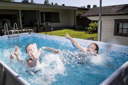 Pihoille laitettavia uima-altaita on myyty ennätysmäärä tänä kesänä, eikä näin kovaan kysyntään osattu varautua – ''Altaat sopivat hyvin niin uimataidon opetteluun kuin aikuisten kuntouintiin''