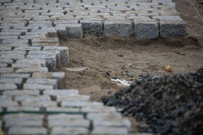 Kulttuurihistoriallisesti merkittävässä  Neljäntienristeyksessä ajellaan toiselta puolelta maailmaa tuotujen kivien päällä – ulkomainen kivi edullisempaa,  kotimaisella pienempi hiilijalanjälki