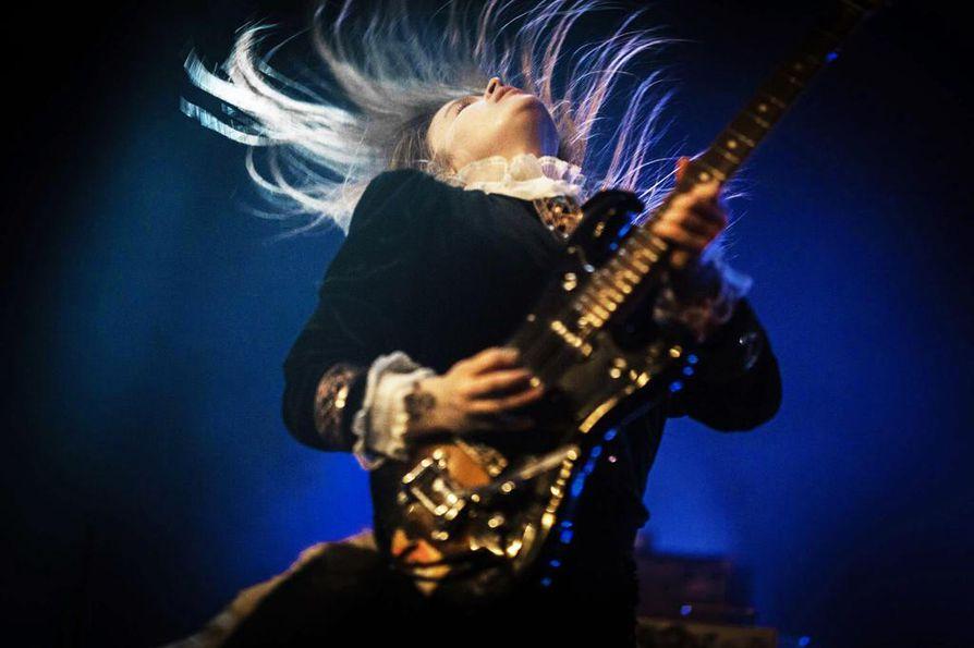 Mara Ballsin keikat tunnetaan pidättelemättömästä energiasta räyhäkkään rockin siivittämänä. Siviilissä Maria Mattila on herkkä taiteilija, joka on soittamisen lisäksi muun muassa pitänyt kuvataidenäyttelyitä.