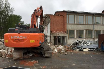"""Vain yksi prosentti jää kierrättämättä, kun vuonna 1962 rakennetusta Kirkkokedon koulusta puretaan punatiilisiipi – """"Kiviaineksesta tehdään tienpohjaa"""""""