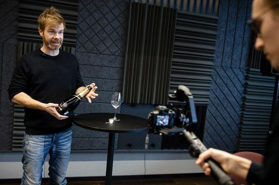 """""""Ei ole enää hyvän ravintolan merkki, että viiniä korostetaan hitosti ja pullon avaamiseen liittyy seremonia ja korkin nuuhkiminen"""", Youtubessa omaa viinikanavaansa pitävä Tuomas Meriluoto sanoo."""