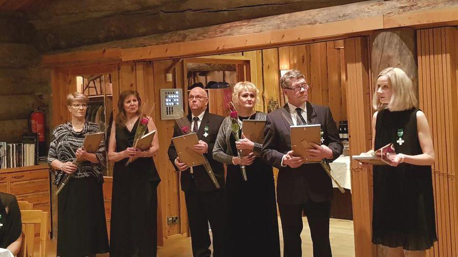 Moni Kuusamon Yrittäjä palkittiin vuonna 2018 Yrittäjäristillä. Kuvassa vasemmalta lukien Päivi Siikaluoma, Kerttu Käkelä, Henry Korpua, Riitta Lohilahti, Aarno Miinala ja Kaisa Valkama-Kettunen .