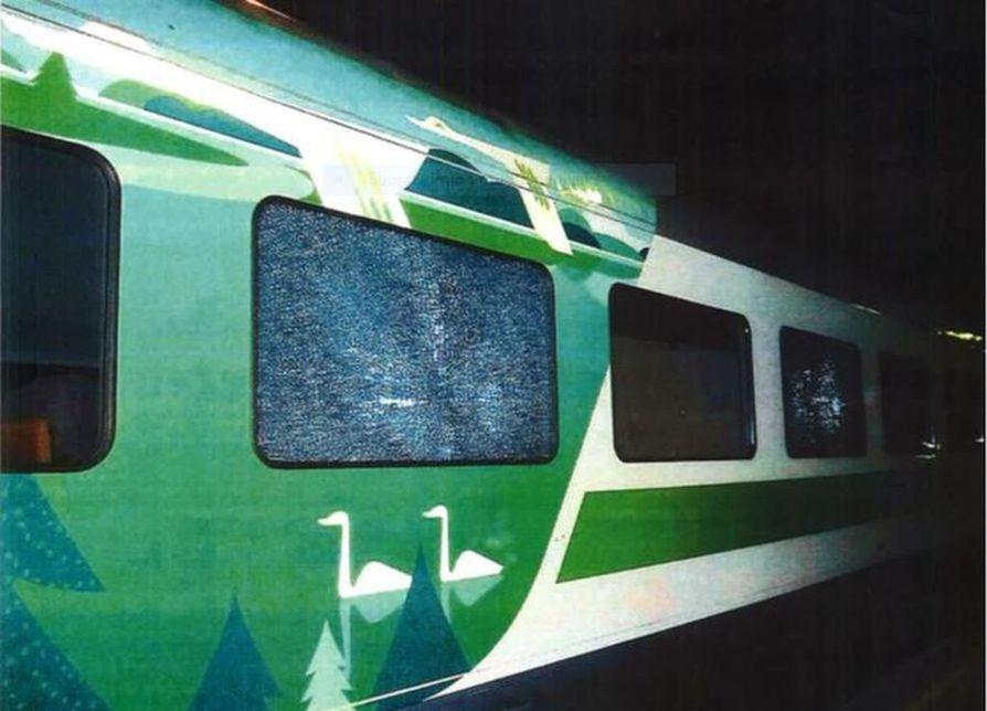 Junavaunun ikkuna hajosi laukausten seurauksena.