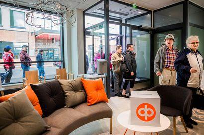 Upouuden Pohjolan Osuuspankin pankkisali avautui asiakkaille Rovaniemellä – osa aamukävijöistä joutui odottamaan ulkona, jotta turvavälit pysyvät