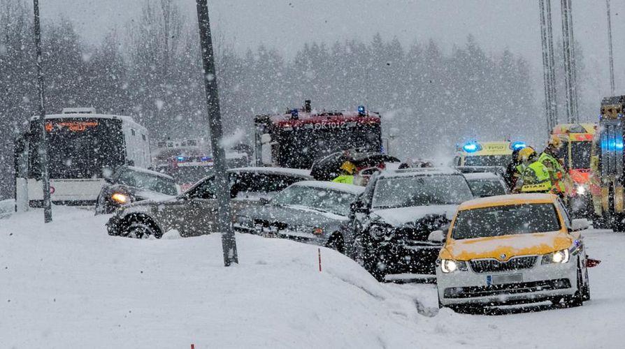 Nelostiellä Oulussa sattui 11. maaliskuuta kolme kolarisumaa, joissa oli osallisena yhteensä 29 autoa. Jorma Ollila ohjasi bussinsa lumipenkkaan niin, että se pysyi pystyssä. Bussi näkyy kuvassa vasemmalla.