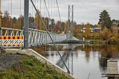 Iin Jakkukylän riippusilta kuntoon lisärahalla – silta on tarkoitus saada valmiiksi ensi kesäkuun loppuun mennessä
