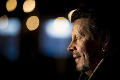 Rock-legenda Pate Mustajärvi antoi äänensä Pelkosenniemellä kummittelevan sotilaan viimeiselle epätoivoiselle huudolle – Korona jatkaa Popedan taivalta