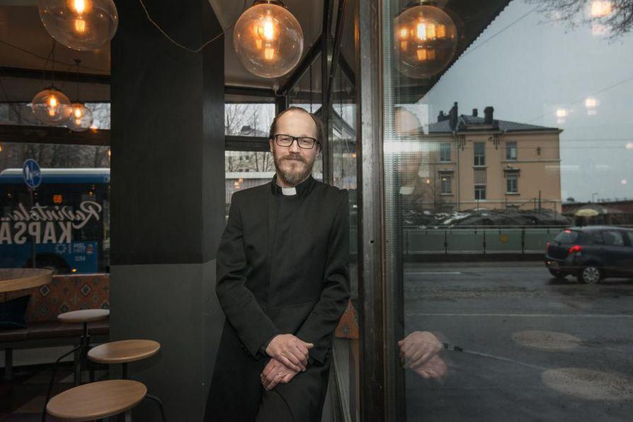 Helsinkiläinen pappi Kai Sadinmaa vihki maaliskuussa kaksi samaa sukupuolta olevaa paria avioliittoon. Helsingin hiippakunnan tuomiokapituli käsittelee hänen selvitystään huhtikuun lopussa.