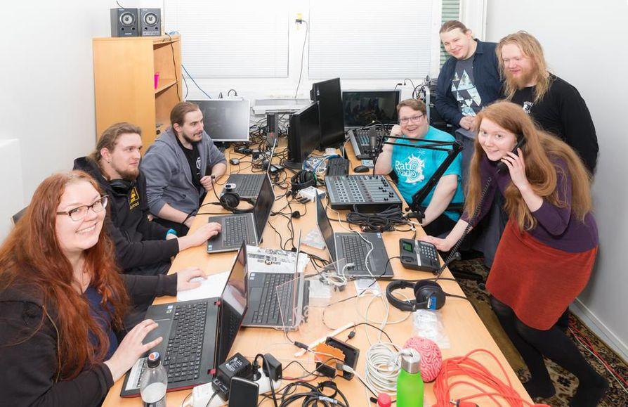 Rattoradion iloinen toimitus siivittää oululaiset vapunviettoon niin radioaalloilla kuin netissä.