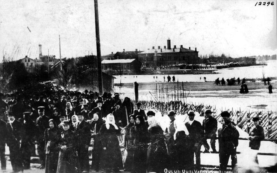 Oululaisia Kasarmintiellä rautatiesillan vihkimistilaisuudessa 1886.