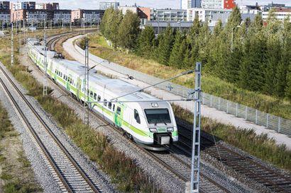 VR:n Oulun ja useiden muiden kaupunkien veturinkuljettajat järjestävät vuorokauden mittaisen mielenilmauksen, eivätkä saavu perjantaina töihin – lähes kaikki perjantain junat peruttu