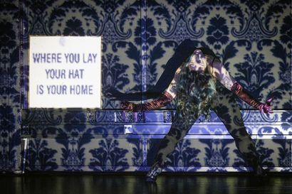 Arvio: Oululainen Milla Virtanen on taiteilija, joka ei sulaudu tapettiin – tanssiteos Home Sweet Home saa kliseiset huoneentaulut Kotini on linnani ja Live Love Laugh kopsahtamaan seinältä