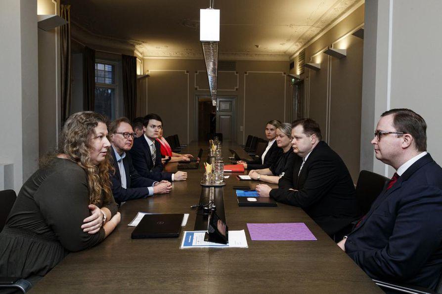 PAU:n Heidi Nieminen (edessä vas.) ja Paltan Tuomas Aarto (edessä oik.) palaavat neuvotteuryhmineen valtakunnansovittelijan toimistolle tänään.