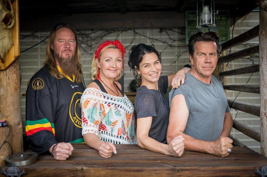 Kimpassa-sarjan ensimmäisessä jaksossa Jouni ja Mari Hynynen avaavat Lappeenrannan kotinsa Hanna Brotherukselle ja Mikko Kuustoselle.