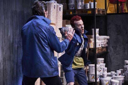 Teatteriarvio: Koomista tragediaa ja traagista komediaa – Varasto tarkastelee ihmiselämän raadollisuutta  sypäkän tarinan kautta