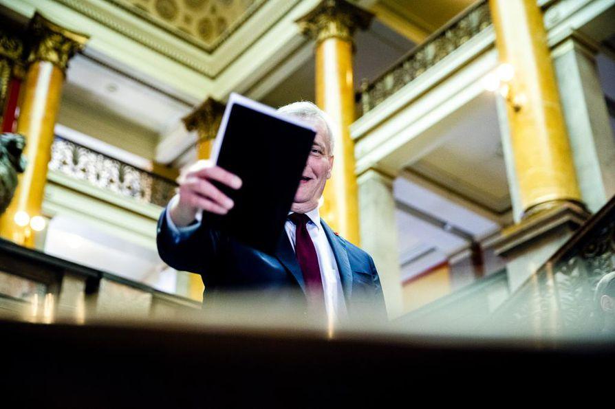 Pääministeri Antti Rinne joutui uhraamaan omistajaohjauksesta vastaavan ministeri Sirpa Paateron. Vellonta koko ajan sakenevan Posti-sopan osalta ei ole vielä ohi. Kuohuntaa jatkuu, sillä Postin hallituksen asema on vielä epäselvä, kuin myös itse pääministerin asema.