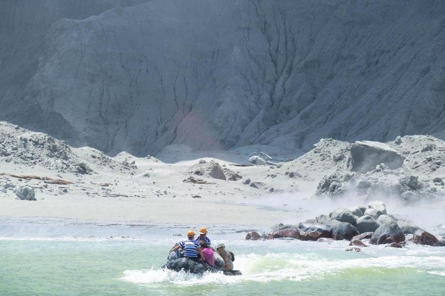 Osa saarella olleista turisteista pakeni tulivuoren purkausta veneellä.
