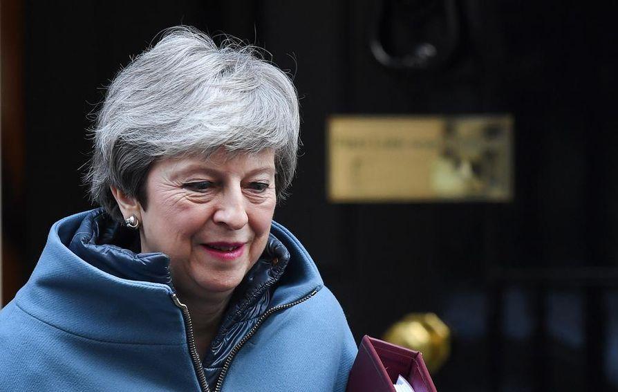 Kolme kansanedustajaa jätti Theresa Mayn puolueen tämän brexit-kannan vuoksi. May kuitenkin vakuuttaa olevansa yhä sitoutunut EU-eron toteuttamiseen.