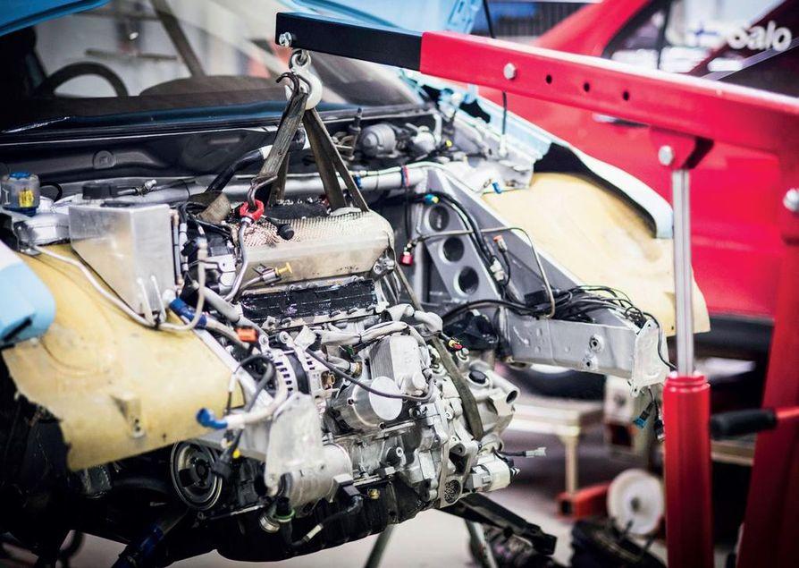 Huoltojen nopeuteen on panostettu. Kilpa-auton voimalinjan irrottamiseen ja kasaamiseen kuluu noin puolet tavanomaisesta ajasta.