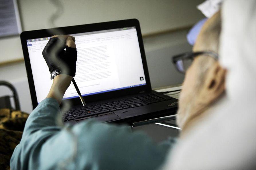 """Oikeakätinen Esko Janhunen kertoo kirjoittaneensa tällä sairaalajaksolla näytelmät vasemmalla kädellä huitaisten. Yhden """"sormen"""" tekniikka on yllättävän nopea."""
