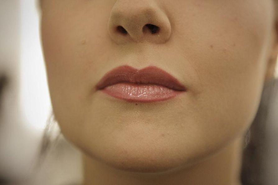 3. Rajaus tuo huulten muodon kauniisti esiin, mutta lopputulos on silti luonnollinen.Harkitse tarkkaan huulten pienentämistä tai suurentamista rajauksilla. Usein huulikiille ehtii kulua, mutta huijatut rajat jäävät   näkyviin.