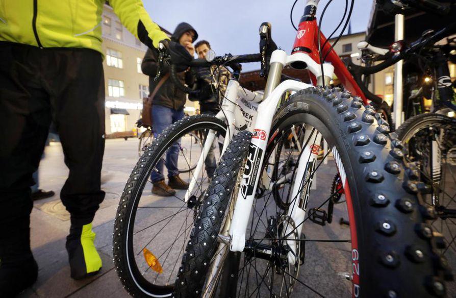 Tempaus kehottaa pyöräilemään töihin perjantaina. Kuva Oulun talvipyöräkauden avajaisista Rotuaarilta marraskuulta.