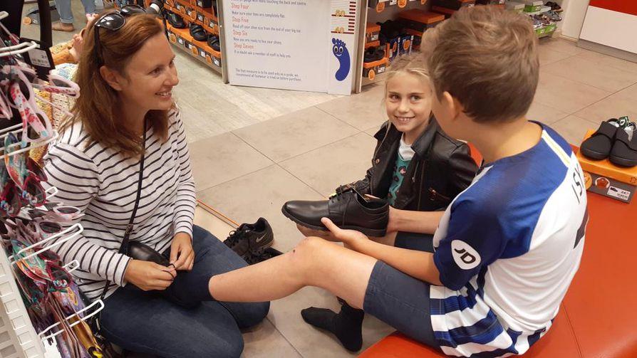 Etelä-Englannin Hovessa kävi syyskuun alussa kuhina kenkäkaupassa, sillä kesän jälkeen lasten jalat olivat kasvaneet. 11-vuotiaalle Isaac Steelelle oli haussa uudet nahkaiset koulukengät. Äiti Hannah Steele arvelee, että vuoden aikana pojalle saatetaan tarvita kolmetkin kenkäparit. 9-vuotiaalle Marthalle oli koulutavarat jo hankittu.