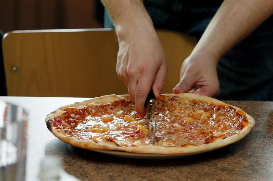 Pizzan täytteet jakavat mielipiteitä. Ananas lienee yksi eniten tunteita herättävistä päällysteistä. Kuvituskuva.