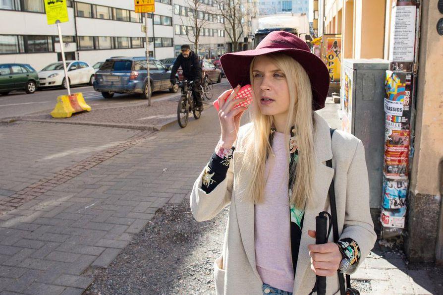 Donna (Alina Tomnikov) suunnistaa yllätyseron jälkeen kohti uutta elämää. Romanttinen komedia saa lisävivahdetta siitä, että Donna on sokea.