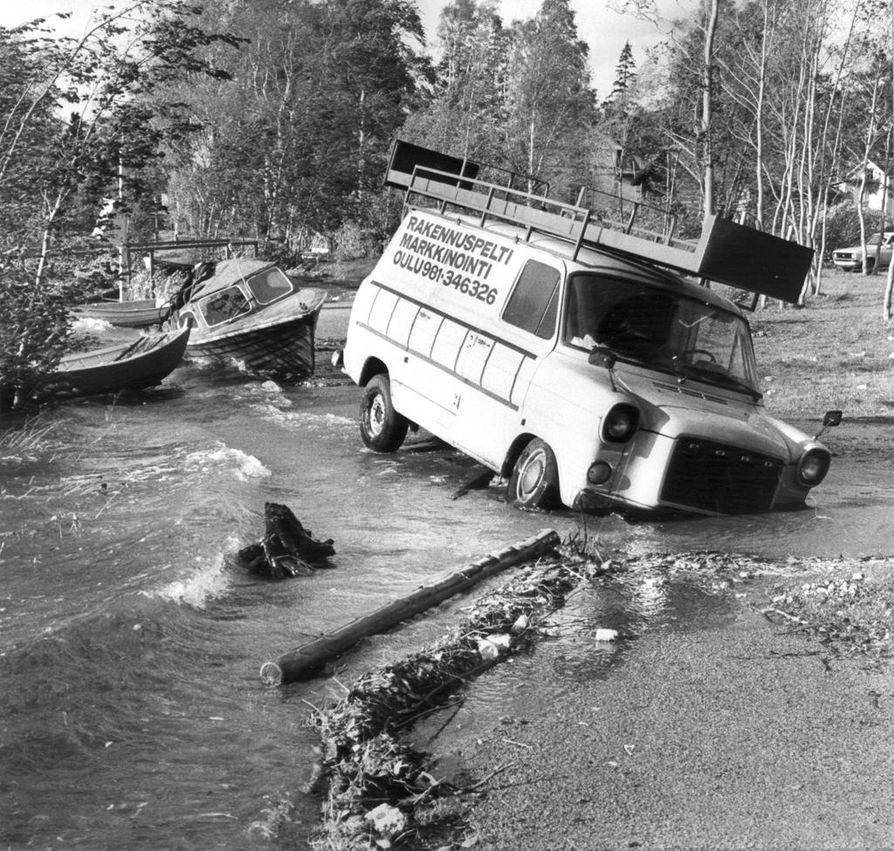 """Veneet nousivat tielle ja autot vajosivat veteen """"miesmuistiin pahimmaksi"""" luonnehditun myrskyn nostettua vettä lähes kaksi metriä normaalista Oulussa syyskuussa 1982."""